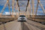 Auto na moście